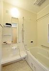 1216タイプのユニットバスを設置した大きな浴室は、間取り変更で実現!浴槽内のグ...