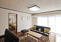 二世帯住宅から一世帯住宅へ。壁の一部を取り除き、建具を取付け部屋同士を繋げま...