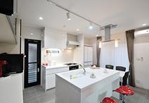 独立型のキッチンを思い切って東南側に移動。料理の盛付けや洗い物ができるシンク...