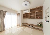 和室はご夫婦の寝室兼書斎としても使えるよう、カウンターを作り付けに。窓際の板...