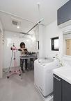 洗面所の一角は、本格的なトリミングルームとワンちゃん専用の洗濯機置き場を設置...