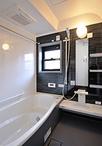 出入り口の段差を解消しバリアフリーで安心な浴室。魔法びん浴槽採用のTOTOサザナ...