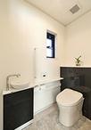 トイレは間口を広げゆったりと。便器は「きれい除菌水」でキレイが長持ちするTOTO...