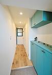 部屋のドアを壁と同じ色に塗り替え、広がりと明るさを確保。リビングに通じるドア...