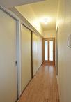 床はLDKと統一し、ドアは採光面が大きなものを採用。光がたくさん入り明るくなり...