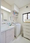 洗面化粧台は収納力抜群のTOTOサクア。洗濯機上の収納は、「とても便利♪」と奥様...