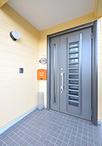 冬はドアから冷気が入り込み寒かった玄関は、断熱性の高い玄関ドアに交換。採風タ...