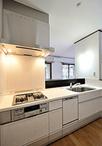 収納が少なく使いづらかったL型キッチンは、対面型のキッチンとし背面にめいっぱ...