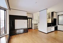 構造上必要な壁はキッチンの袖壁とすることで対面キッチンのLDKを実現。雑然とし...
