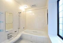 リフォームのきっかけとなったお風呂。廊下部分を水廻りに取り込むことで1621に大...