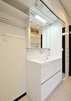 洗面化粧台は、LED照明やエコハンドルがついた省エネタイプ。空間の凹みを活かし...