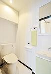 トイレは超節水タイプで狭小スペースにも設置可能なTOTOピュアレスト。空いた空間...