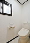 トイレはリモコン操作がしやすく節水できるタイプに交換。扉も引き戸に変更しバリ...