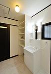 トイレをずらして広くなったスペースを利用してタオル類などが置ける棚を造作。洗...