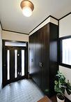 玄関ドアはスリットガラスで採光が採れ、網戸付きだから換気も可能に。大容量の玄...