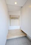 玄関を一坪増築し、LDKとの間には明かり採り窓のある壁を造作。左はキッチン、右...