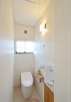 トイレは圧迫感のあるタイルを撤去し、節水型のタンクレスタイプに。 使いにくか...