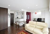 隣接する洋室&キッチンの壁を取り除き、オープンで明るく広いLDKへ。床材は適度...
