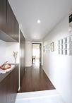 玄関と壁一面に収納を設けても広く感じる玄関は、ホール幅を40cm広げることで実現...
