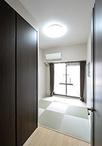 ガラスブロックと、縁なし畳で和モダンな雰囲気のゲストルーム。寝具もたっぷり入...