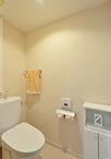 トイレは節水タイプのTOTOピュアレストEX。内装はダーク調とも相性の良い、ペール...