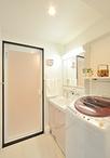 コンロから一歩で洗濯機前と、家事の移動が楽になった洗面室。化粧台はTOTOサクア...