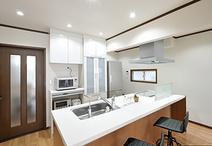 壁付け型から念願のアイランド型キッチンに。フラットで広いキッチンカウンターだ...