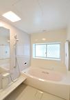 お風呂はTOTOサザナHDシリーズ。水はけのよい「ほっカラリ床」や、カビがつきにく...
