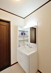 手が届かず使いにくかった吊戸収納を外し、洗面化粧台はLIXILピアラを設置。下部...