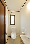 コンパクトながら掃除用具なども収納できる手洗いを新設。トイレはエコ仕様の節水...