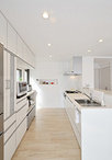 システムキッチン&収納はシンプルで明るいホワイトカラーのラクエラ(クリナップ...