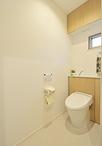 トイレは、便器とタンクの両脇の収納が一体化したエレシャス(LIXIL)。掃除道具...