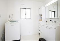 狭かった洗面室は、間取りを変えスペースを拡張。子供たちのお世話もゆったりでき...
