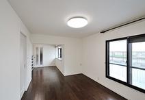 半畳分の収納を撤去し、仕切りの壁をダイニングキッチン側へ移設してリビングを広...
