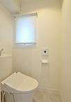 トイレは建具や内装をきれいに一新。 洗面化粧台は、収納力抜群で省エネ設計のLIX...