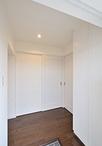 間口を広げ、天井高を高くすることで、明るくスッキリとした玄関ホール。玄関収納...
