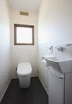 トイレは節水タイプでお掃除も簡単なLIXIL製。親世帯と共有して使えるよう手洗い...