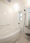 納戸だったところに子世帯用の洗面室&浴室を新設。お風呂は丸みを帯びた形状が可...