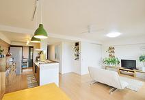 和室とキッチンの壁を取り払い広々ワンルームに。奥様コーディネートのグリーンが...