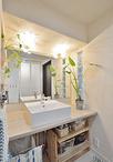 洗面室は木目調のポストフォームカウンターにベッセル式の洗面ボウルでオリジナル...