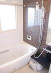 保温性が高く、お掃除もしやすいTOTOサザナに。窓はペアガラスに替えることで、外...
