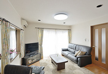 リビングからキッチンまでの床は、床暖房対応のフローリング(ブラックチェリー)...
