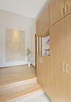 高級感のある石張り調のタイル(エコカラット)が印象的な玄関。天井からダウンラ...