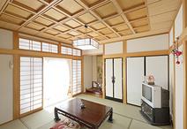 縁側の掃き出しサッシの欄間部分に窓を新設。和室の奥まで光が差し込み明るい雰囲...