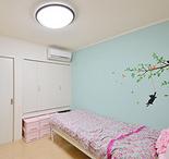 1階奥の2部屋は子供部屋に。壁の一面をそれぞれアイスブルーとピンクのクロスに張...