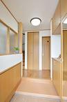 スペースをとっていた玄関ホールは最小限に。勉強スペースとの間に出来た空間は、...