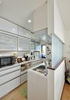 収納不足で悩んでいたキッチンは、壁付け型から対面型にして、背面には大容量の食...