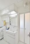 洗面化粧台は収納が引出しタイプで使いやすいTOTOリモデア。水栓はハンドシャワー...