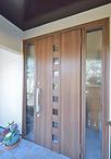 ドアは正方形の小窓が縦に並んだオシャレなものに交換。光を取り入りれるため、両...