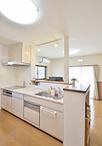 増築で壁付キッチンから明るく視界が広がる対面キッチンへ。カウンター正面はニッ...